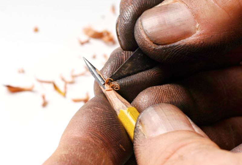 dalton-ghetti-carving-the-lead-of-a-pencil