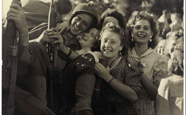 photo-accueil-fait-soldats-fait-partie-exposition-musee-carnavalet-paris-libere-photograpohe-expose-1611810-616x380