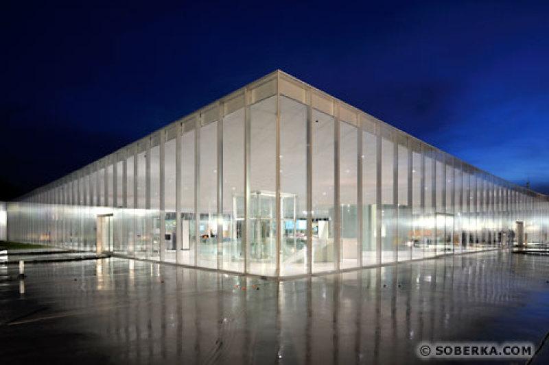France, Pas-de-Calais (62), Lens, Musée du Louvre-Lens crée par l'agence japonaise d'architecture SANAA et les architectes Celia Imrey et Tim Culbert, Hall d'accueil vue extérieure