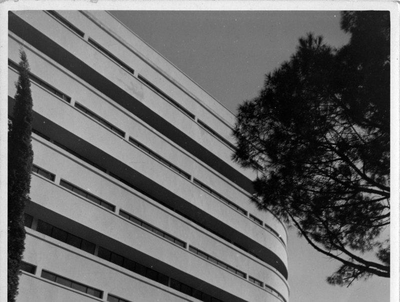 1930-1932. Hôtel Latitude 43, Saint-Tropez, vue partielle d'une façade, cliché anonyme