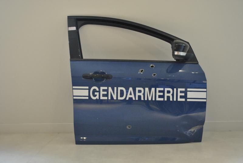 portiere-de-la-ford-focus-de-la-brigade-de-gendarmerie-de-dammartin-en-goe%cc%88le-criblee-de-balles-de-kalachnikov-en-janvier-2015
