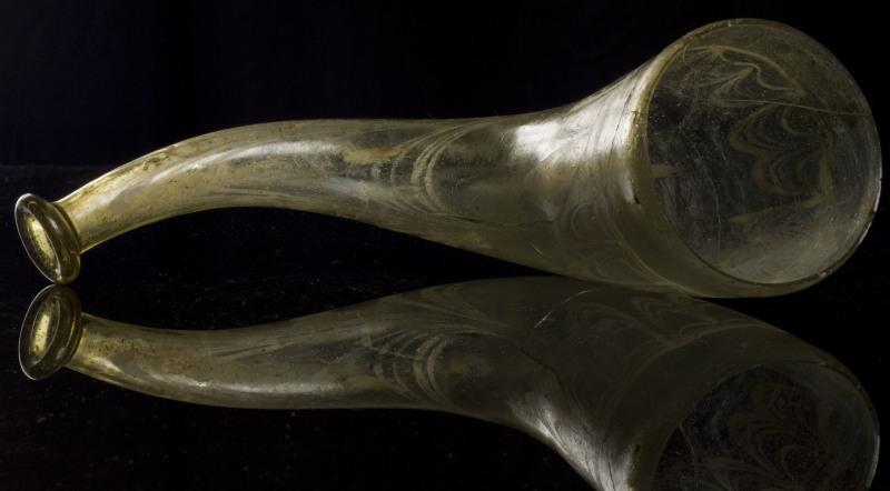 Corne a boire en verre jaunatre, dŽcorŽe de filets de verre blanc. Tombe N 74 vers 500-550 aprs J.-C. Cimetire mŽrovingien de MŽzires/Manchester