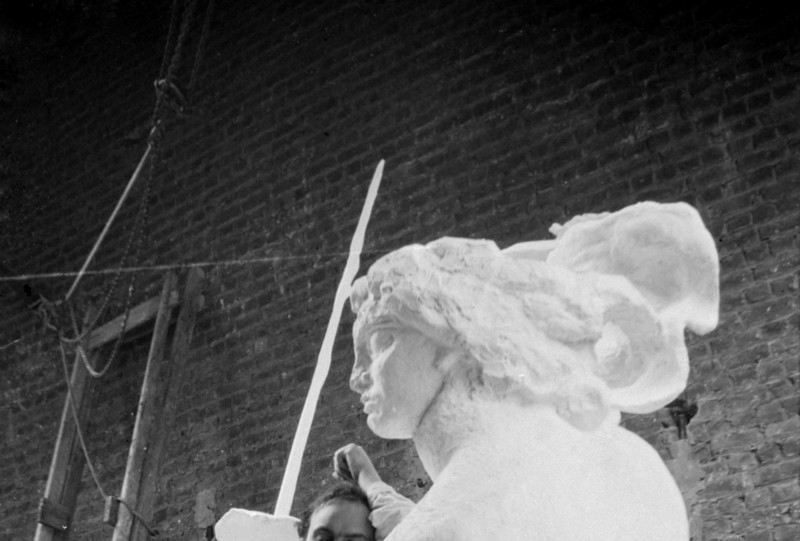 Antoine Bourdelle accoudé à la France du Monument à Montauban. Vers 1900. Paris, musée Bourdelle. Dimensions: 9 x 6,3 cm