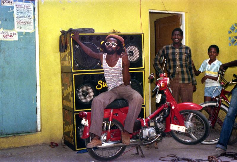 Le chanteur Nitty Gritty dans la cour de King Jammy, 1985, Jamaica Jamaica, Philharmonie de Paris