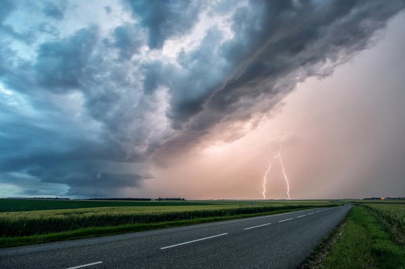 Une supercellule sévit au sud de Châteaudun et se dirige vers Janville. Deux foudres positives se situent dans les précipitations de grêle.