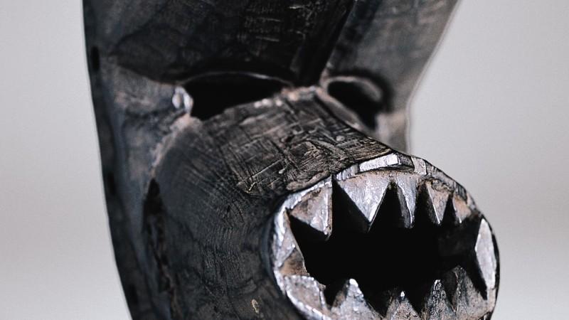 Front protubérant. Nervure frontale. Yeux en fente Mufle très proéminent, garni de dents taillées en pointe. Hauteur : 24,5 cm. Largeur : 13,8 cm. Profil : 11,5 cm.