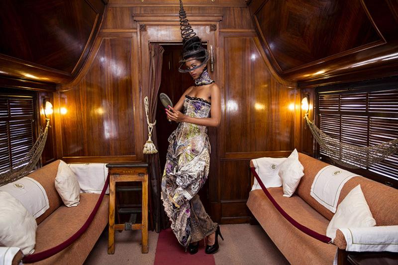 Shooting avec la création du designer Ignacio Carmona dans le tren Mambi. Ces wagons delicatement décoré de bois précieux ont été offert au président Cubain en 1912 par le directeur des chemins de fer de Cuba pour voyager confortablement à travers le pays. La Havane, Cuba.