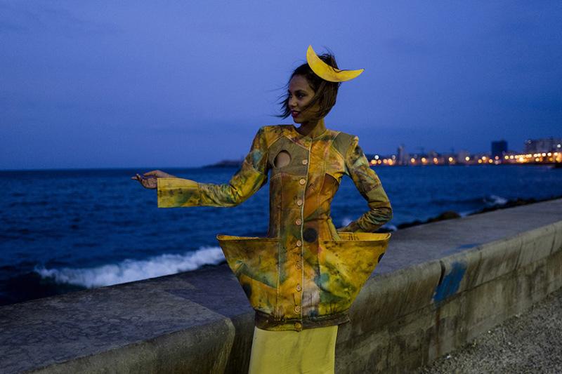 Shooting avec la création du designer Jose Luis Rodriguez sur le Malecon, la promenade du bord de mer de la Havane. Cuba.