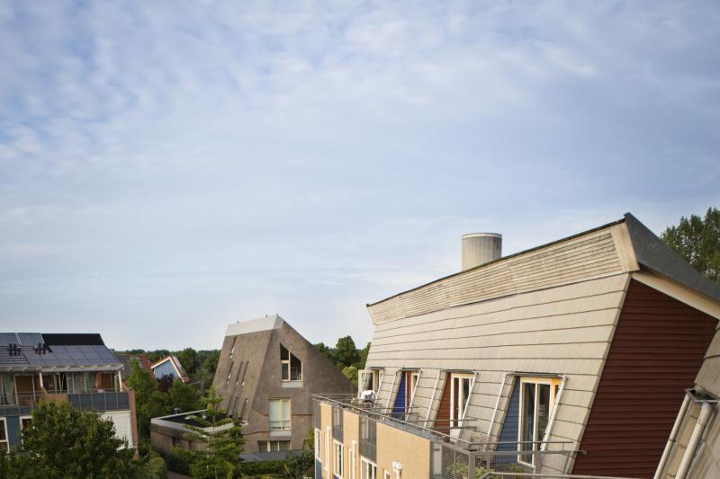 Hanneke et Jandirk Kievit habitent a Eva-Lanxmeer depuis 2000. Ils y ont eleve leurs trois enfants. Hanneke apprecie la vie sociale dans les lieux de vie partages ainsi que la possibilite d'y echapper quand elle veut lire un roman sur sa terrasse.