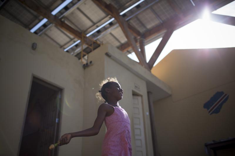 Depuis que des panneaux solaires ont ete installes comme pergola au dessus de l'ecole, Monte Trigo est devenu le premier village alimente integralement en energie renouvelable au Cap Vert. Ce pays a pour objectif de passer entierement en energie renouvelable d'ici 2020.