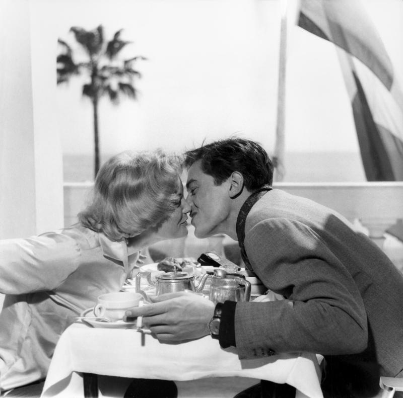 Romy Schneider et Alain Delon viennent d'annoncer leurs fiançailles, 1959