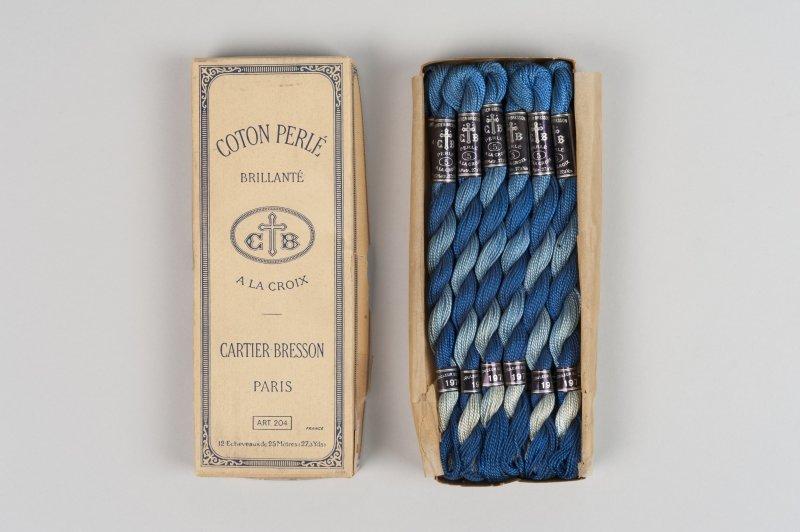 Echantillons d'écheveaux de coton bleu perlé