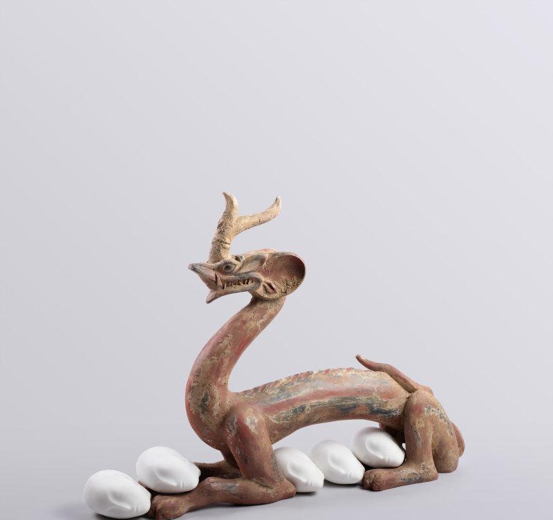"""Eternity-Six Dynasties Period Painted Earthenware Dragon, Sleeping Muse / 永生-六朝彩繪陶龍、沉睡的繆斯""2016, Xu Zhen"