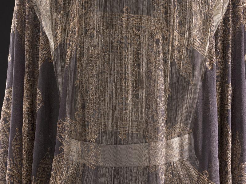 Mariano Fortuny (1871-1949). Déshabillé. Gaze de soie noire, peinture dorée, cordonnet en fils de soie noirs et fils métalliques or, perles en verre. Début des années 10. Galliera, musée de la Mode de la Ville de Paris.