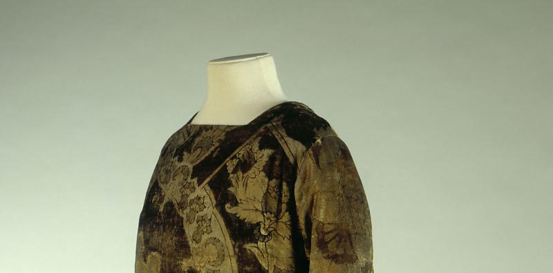 Mariano Fortuny (1871-1949). Robe d'intérieur en velours vert foncé, imprimé de grands motifs floraux or, vers 1920. Galliera, musée de la Mode de la Ville de Paris.
