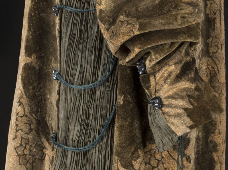 Mariano Fortuny (1871-1949). Robe Eleonora. Velours de soie vert imprimé or, toile de soie plissée verte, cordonnet de soie verte, perles en verre noir etblanc, doublure en toile de soie or. Vers 1912. Galliera, musée de la Mode de la Ville de Paris.