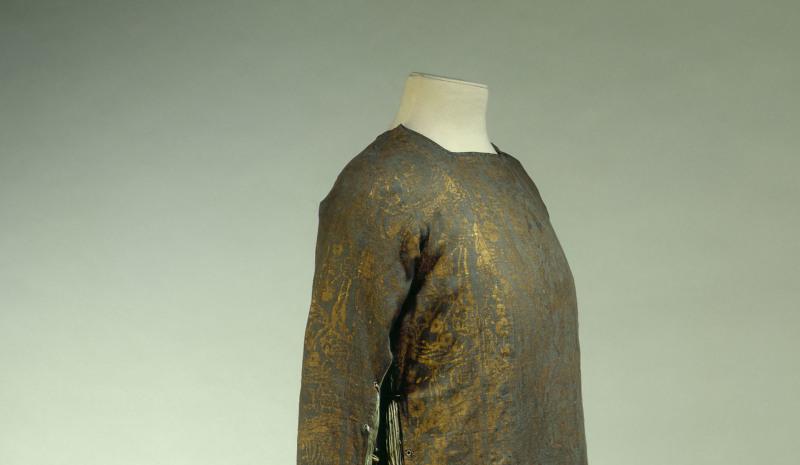 Mariano Fortuny (1871-1949). Robe d'intérieur en laine gris bleu, imprimé de motifs or, pan plissé sur les côtés, vers 1912. Galliera, musée de la Mode de la Ville de Paris.