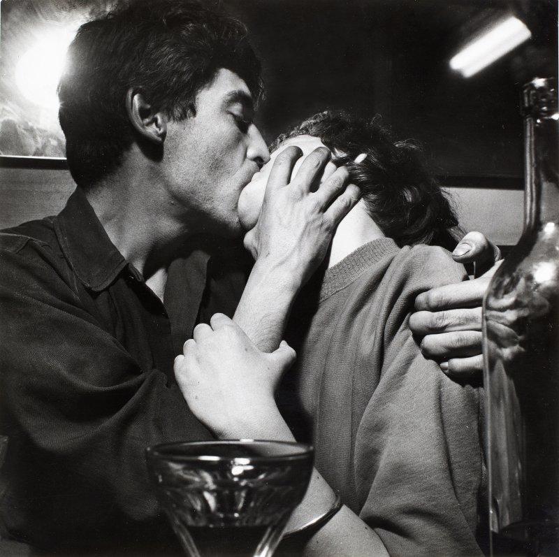 Ed van der Elsken, Pierre Feuillette (Jean-Michel) et Paulette Vielhomme (Claudine) s'embrassant au café Chez Moineau, Rue du Four, Paris, 1953. Nederlands Fotomuseum Rotterdam