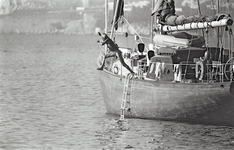 GIOVANNI AGNELLI PLONGE NU DE SON BATEAU AU LARGE DE SAINT-TROPEZ EN 1977    00104457