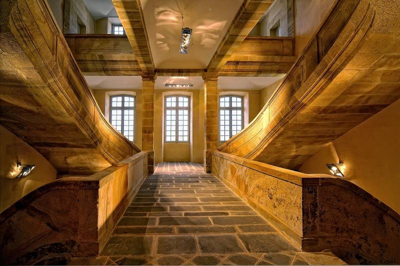 Exposition Modes! A la ville comme a la Scene au CNCS de Moulins - Escalier central en grès du Bourbonnais