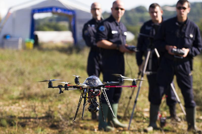 , drone hexacoptere pilote par deux gendarmes