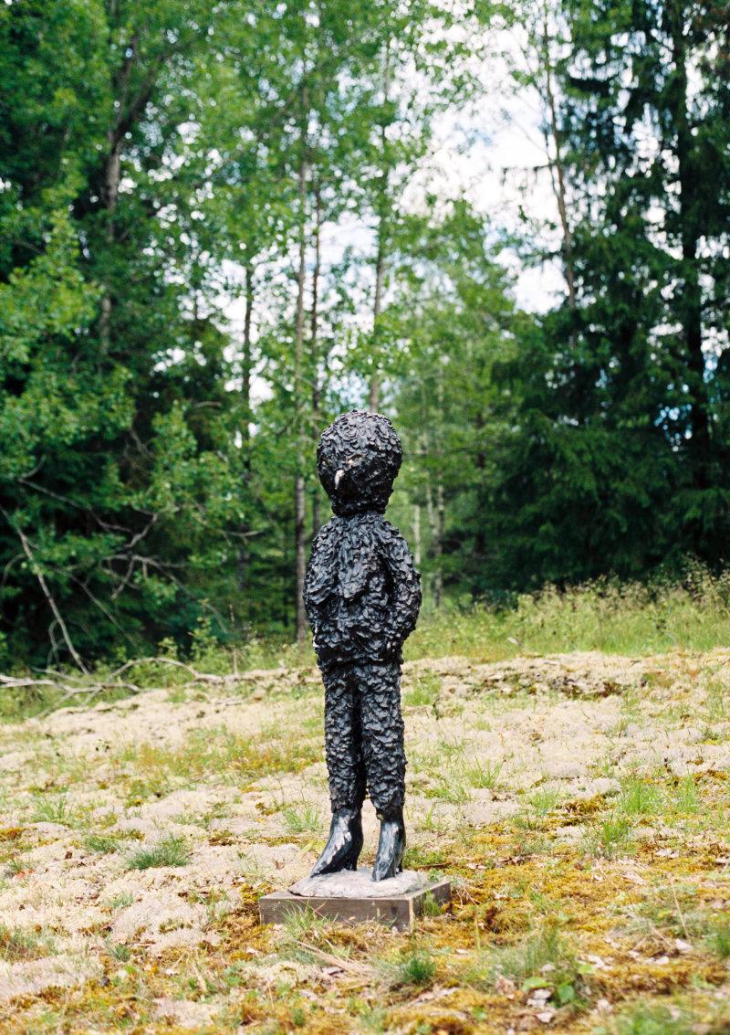 KlaraKRISTALOVA«DarkBird»,2017Glazedstoneware/Grèsémaillé132x42x35cm/169/16x133/4in