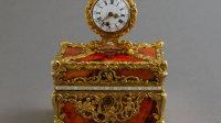 Coffret-nécessaire surmonté d'une montre en imitation d'agate et or, attribué à James Cox, orfèvre anglais et Granthom, horloger anglais. IIème moitié du XVIIIème siècle. Paris, musée Cognacq-Jay. Dimensions : H. 13,8 cm (avec la montre) x L. 10 cm x P. 8 cm