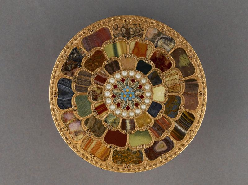 Boîte en or et pierres dures vue du dessus), par Johann-Christian Neuber (maître en 1762). 1770-1780. Paris, musée Cognacq-Jay.  Dimensions : H. 3,5 cm diamètre : 8 cm