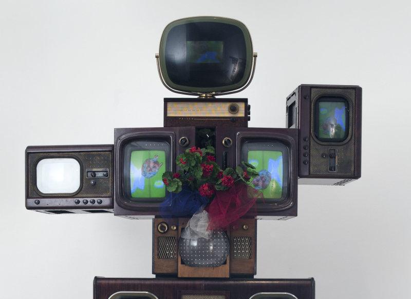 Nam June Paik. Olympe de Gouges. Douze postes de télévision en bois … etc …. 1989. Paris, musée d'Art moderne.