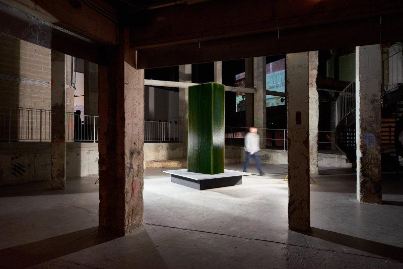 Monolithe Fabien Leaustic, Photographie Juan Cruz Ibanez-Biennale Nemo au Cent Quatre
