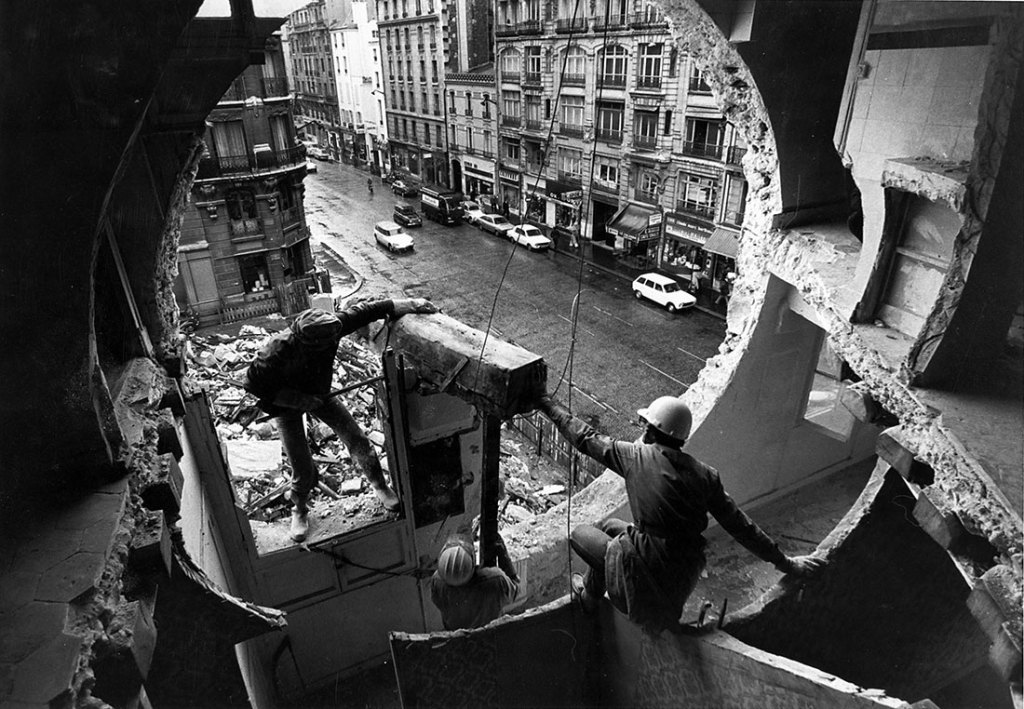 Marc Petitjean Gordon, Matta-Clark travaillant à Conical Intersect. Rue Beaubourg, octobre 1975