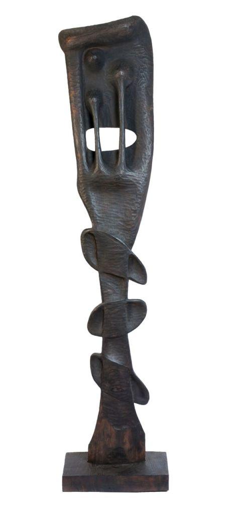 Édouard Glissant Augustin Càrdenas, sculpture, bois brûlé, 212x43x16 cm, Inv. N°17 coll. E. Glissant, fonds M.ACTe, coll. Région Guadeloupe, photo. Gilles Framinet
