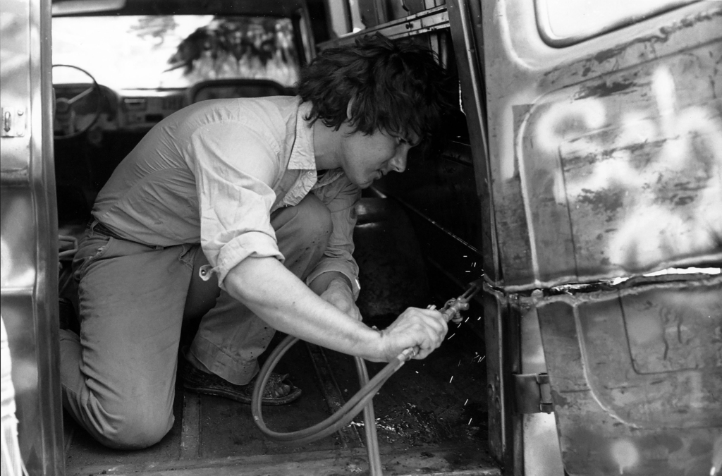 Gordon Matta-Clark découpant au chalumeau son Graffiti Truck, vers 1973. Photographe inconnu