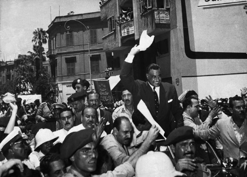 Gamal Abdel Nasser accueilli par la foule au Caire après la nationalisation du canal, 1 août 1956
