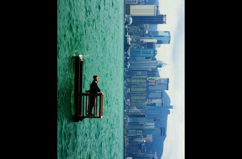 Philippe Ramette, Balcon II (Hong Kong), 2001, Photographie Marc Domage © Philippe Ramette, ADAGP, 2018. Collection Maison Européenne de la Photographie, Paris. Courtesy Galerie Xippas