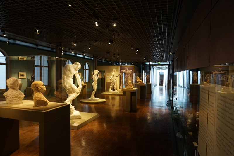 Vue de l'exposition Rodin au musée de la Carte à jouer