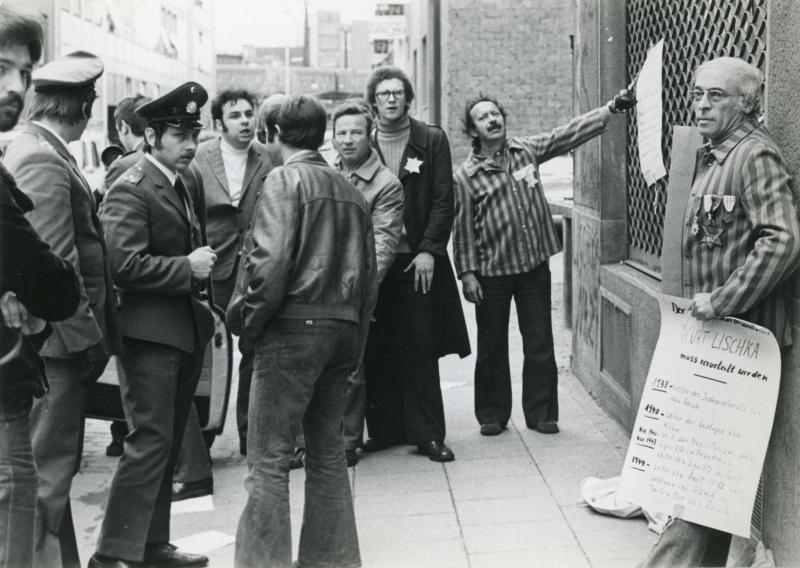Beate et un groupe de manifestants, dont Julien Aubart et Henri Pudeleau, rescapés d'Auschwitz membres de l'Union nationale des déportés