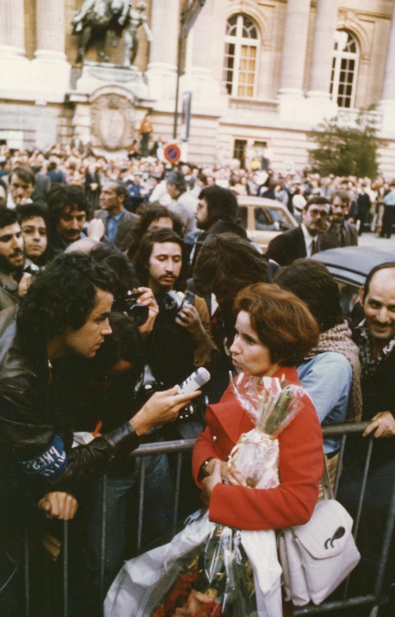 Beate Klarsfeld après sa condamnation au procès en Allemagne, accueillie par une manifestation de soutien à Paris devant l'ambassade d'Allemagne, 11 juillet 1974. Coll. Serge Klarsfeld