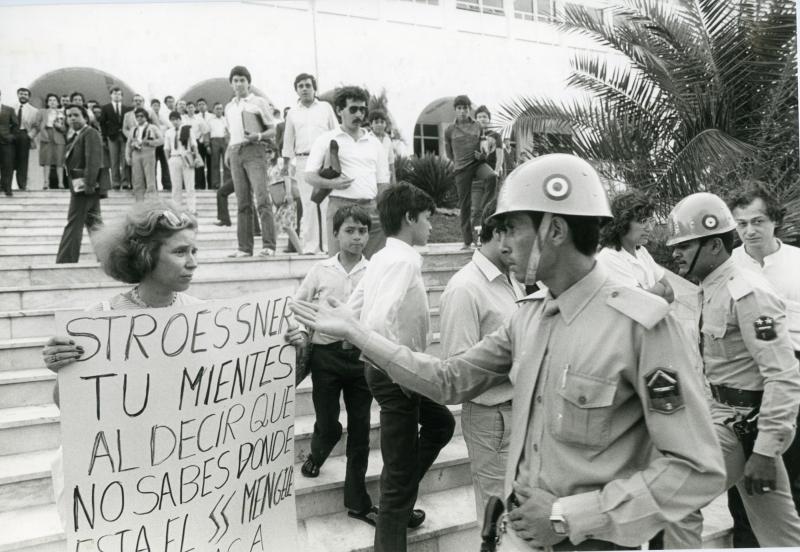 Manifestation devant le palais de justice àAsunction au Paraguay le 24 mai 1985 pour demander l'extradition et la condamnation de Josef Mengele. Photo A. Keler