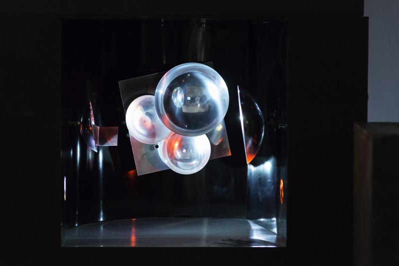 Nicolas Schöffer, Microtemps 2, 1964-68. Bois, plexiglas, aluminium, inox, lumière et moteur ; 62 x 89 x 60 cm. Photo : N. Dewitte / LaM. © Adagp - Éléonore de Lavandeyra-Schöffer, 2017