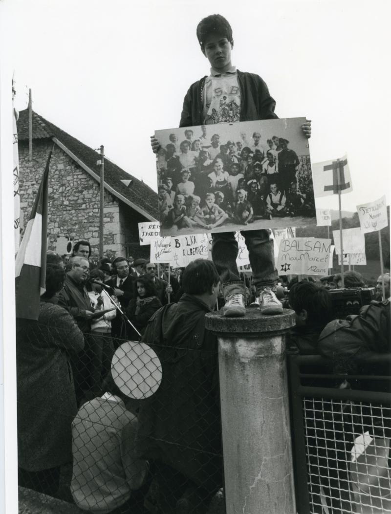 Rassemblement devant la maison d'Izieu pour protester contre le propriétaire qui a posé des fils barbelés devant la propriété, empêchant les familles de se recueillir, 1989