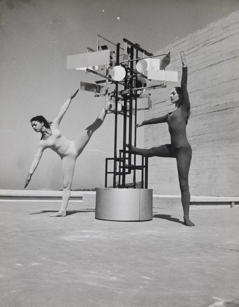 Rétrospective de Nicolas Schöffer au LaM 2018 - Duo de danseuses avec Cysp I, Marseille, Cité radieuse, Agence Dalmas, 1956. © Agence Dalmas / © Adagp - Éléonore de Lavandeyra-Schöffer, 2017