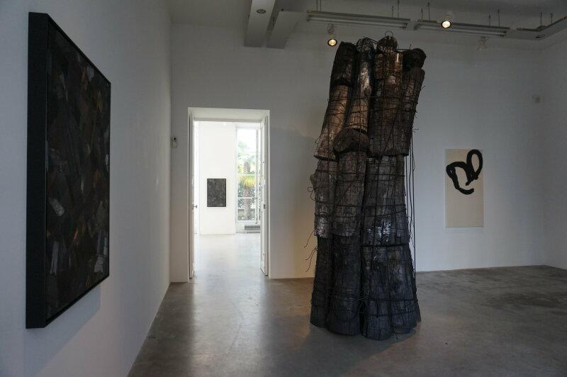 Vue de l'exposition Lee Bae, Black Mapping - Galerie Perrotin (21)