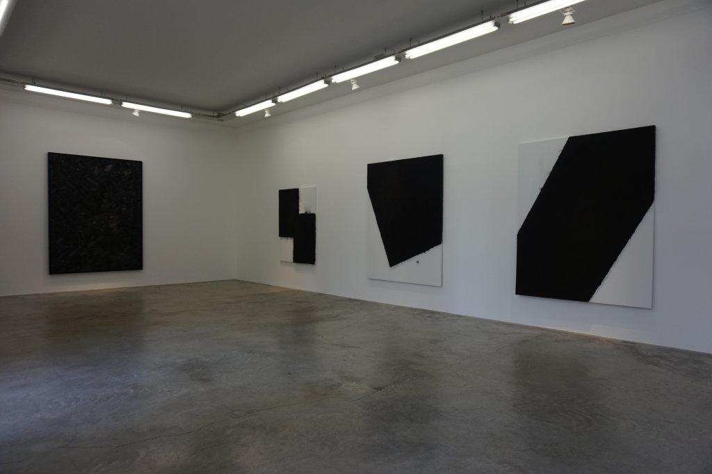Vue de l'exposition Lee Bae, Black Mapping - Galerie Perrotin (3)