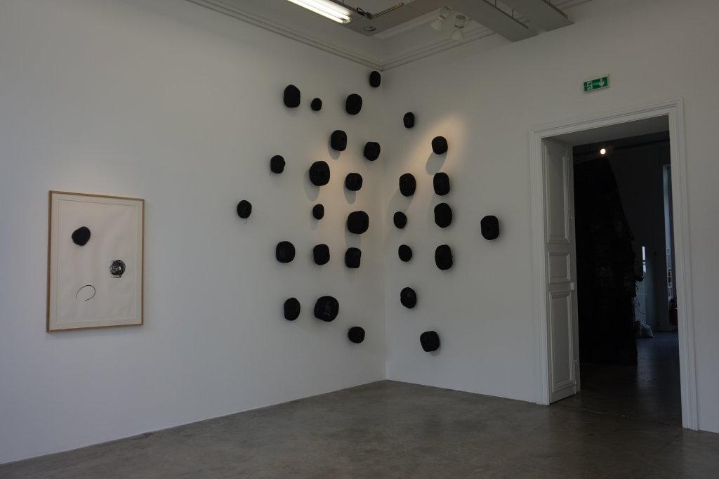 Vue de l'exposition Lee Bae, Black Mapping - Galerie Perrotin (35)