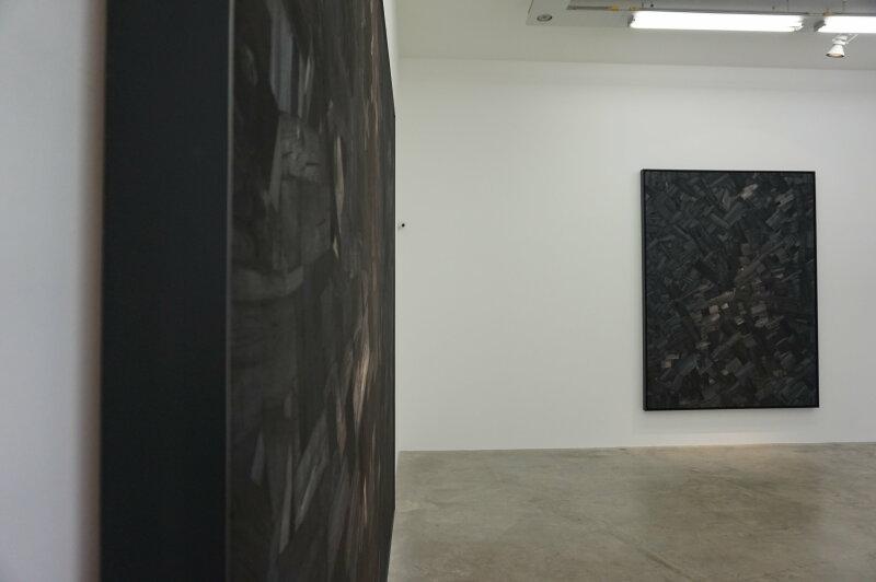 Vue de l'exposition Lee Bae, Black Mapping - Galerie Perrotin (8)