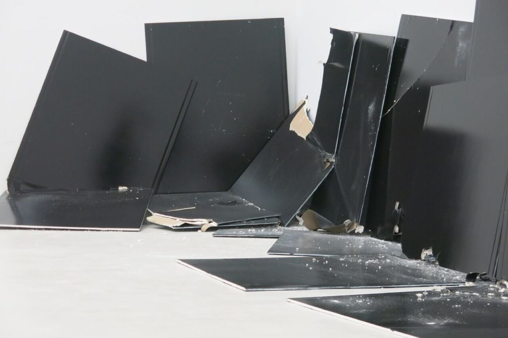 Vue n°2 de l'exposition FREE THE WOMEN - Steven Parrino - 13 Shattered Panels (for Joey Ramone), 2001