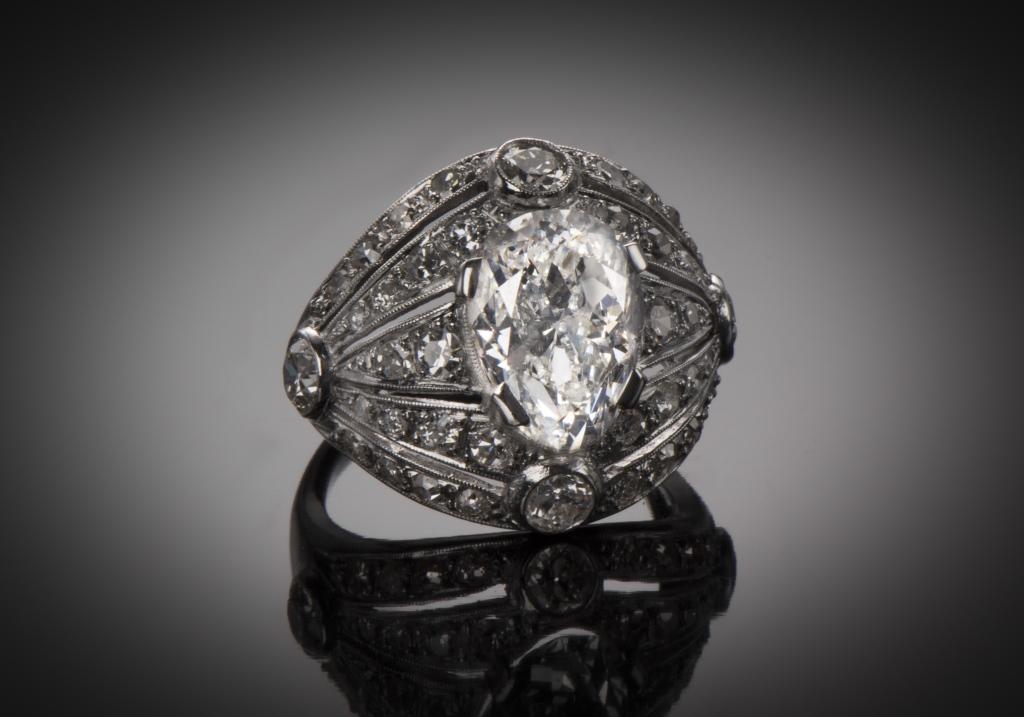Bague Art Déco circa 1930 ornée de diamants taille ancienne 5 carats sur platine. Geoffray Riondet expert en bijoux anciens