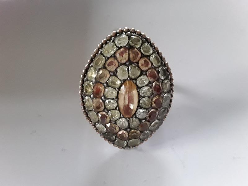 Bague de cour en or sertie d'un pavage de lignes alternées de chrysoberyls et de topazes impériales. Christophe Barbe expert en bijoux anciens