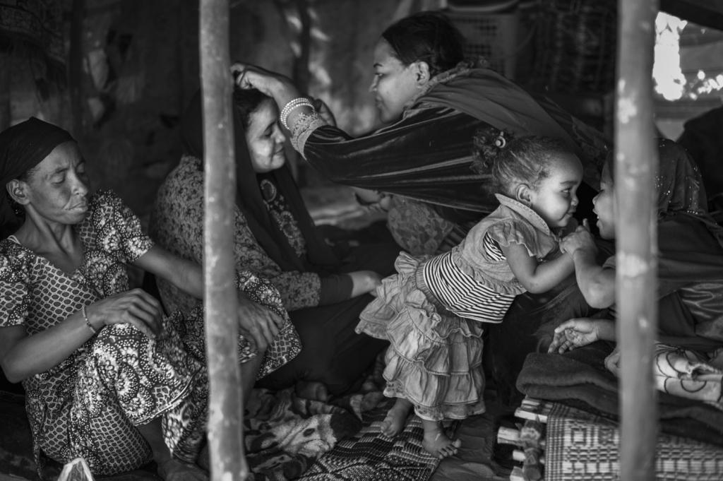 Femmes qui se maquillent, Agadez, 24.12.2016